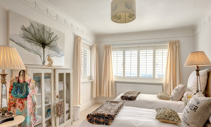 Достаточно использовать два контрастных цвета, чтобы создать интересный и нескучный интерьер в спальной.