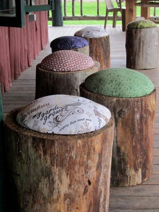 Оформление двора при помощи размещения прекрасных стульчиков из кусочков пней, что создадут потрясающую атмосферу.