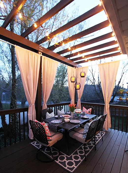 Декорирование пространства около дома при помощи обустройства обеденной зоны, что создаст комфортную обстановку.