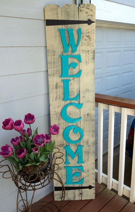 Один из самых лучших вариантов ярко и незабываемо оформить входные двери при помощи таблички.