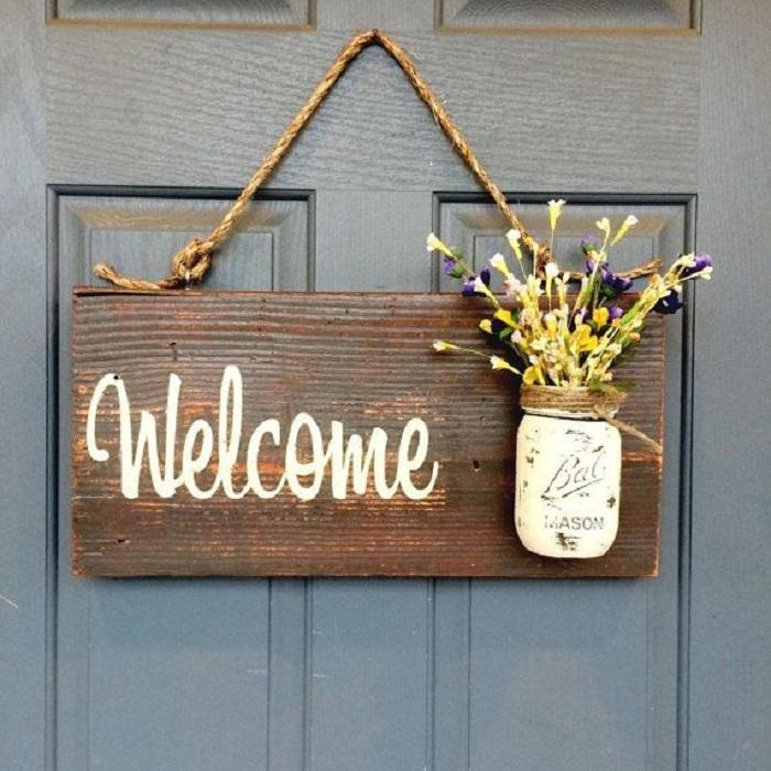 Просто отменный интерьер входной двери облагорожен при помощи необыкновенной деревянной таблички.