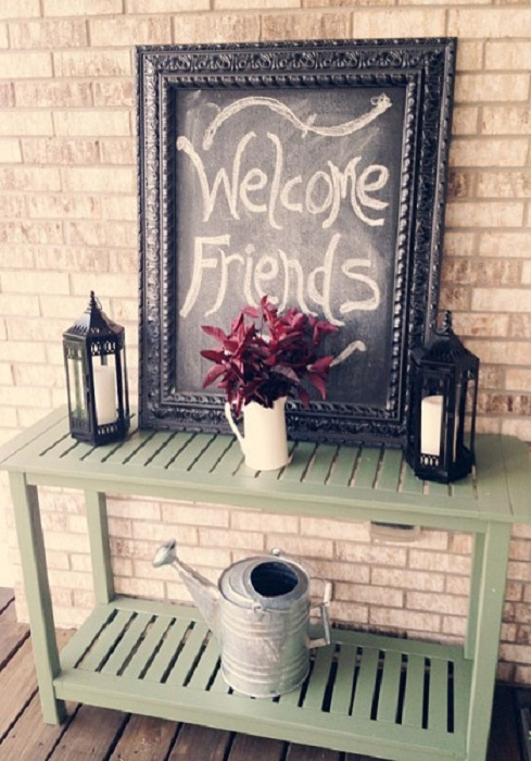 Оригинальный вариант оформления входа в дом при помощи нестандартной таблички.