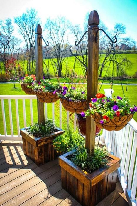Хороший вариант оформления веранды при помощи ярких цветов, что станут просто находкой.