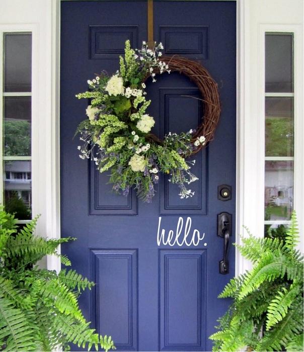 Один из самых лучших вариантов оформления двери при помощи оригинальных табличек с надписями.