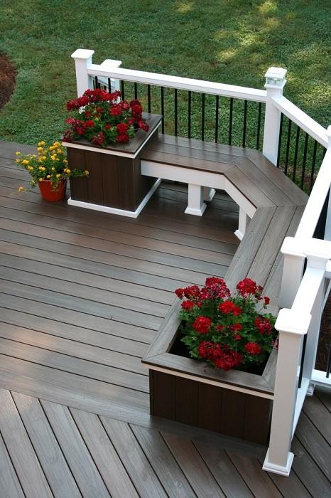 Хороший вариант разместить лавочку во дворе, что точно понравится и создаст дополнительное удобство.
