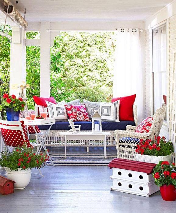 Веранда украшена при помощи создания крутой обстановки с размещением оригинального диванчика во дворе.