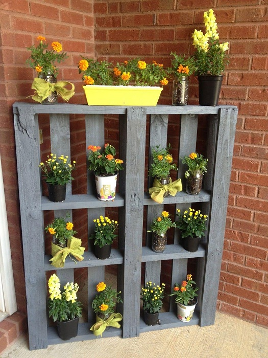 Если разместить любимые горшочки с цветами, около дома, то возможно создать максимально уютную атмосферу.