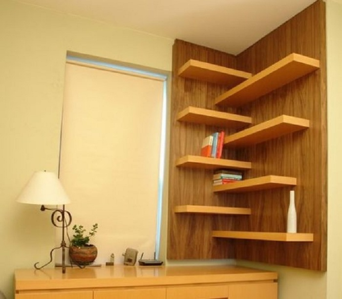 Угол комнаты круто преображены при помощи отменных полок, что создали максимум комфорта.
