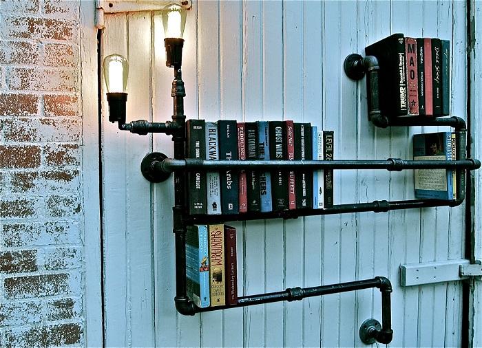 Книжные полки из труб - это прекрасный вариант самовыразиться.