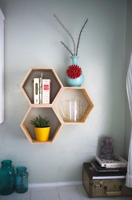 Оптимальное решение создать нестандартной формы деревянные полки, которые точно понравятся.