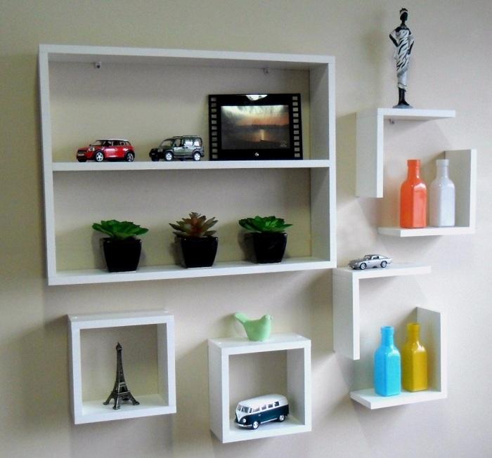 Интересное решение создать идеальные и простые идеи для декорирования комнаты при помощи белых полок.