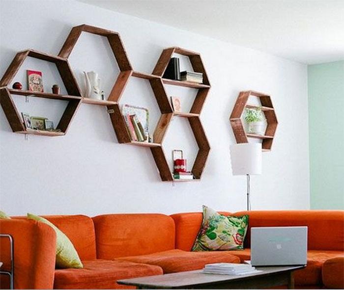 Удачное преображение комнаты возможно при использовании интересных полок-сот.