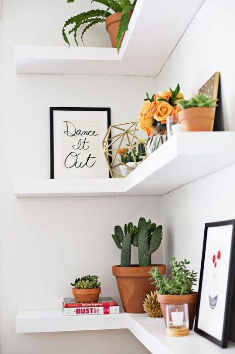 Симпатичное и креативное решение создать максимально оптимальное настроение в комнате благодаря полкам.