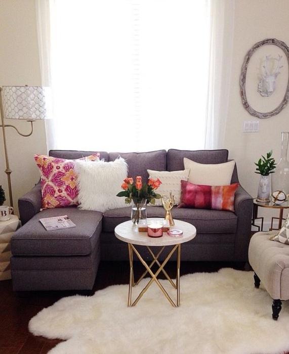Пожалуй одно из самых лучших решений при оформлении маленькой гостиной - это размещение в ней очень красивого дивана.