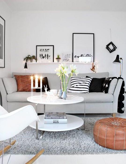 Шикарные решения для того чтобы преобразить гостиную с маленькой площадью - это черно-белые тона.