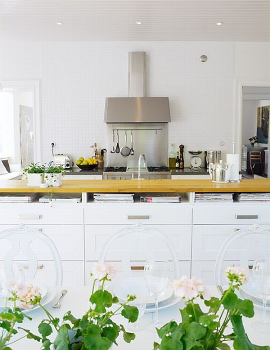 Хороший вариант декорирования кухни при помощи удачных и практичных решений.
