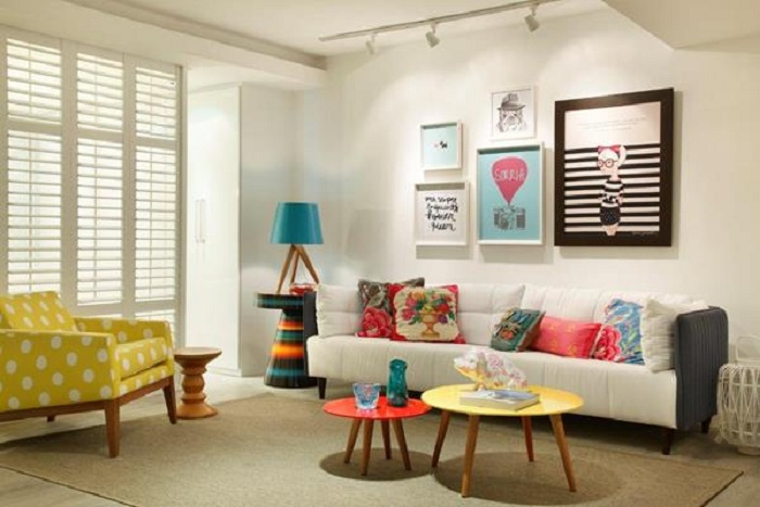 Прекрасный интерьер гостиной комнаты, которая оформлена в светлых и очень приятных тонах.