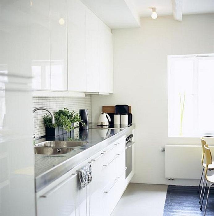 Приятное и хорошее решение для оформления кухни при помощи отменной стенки, что вдохновит.