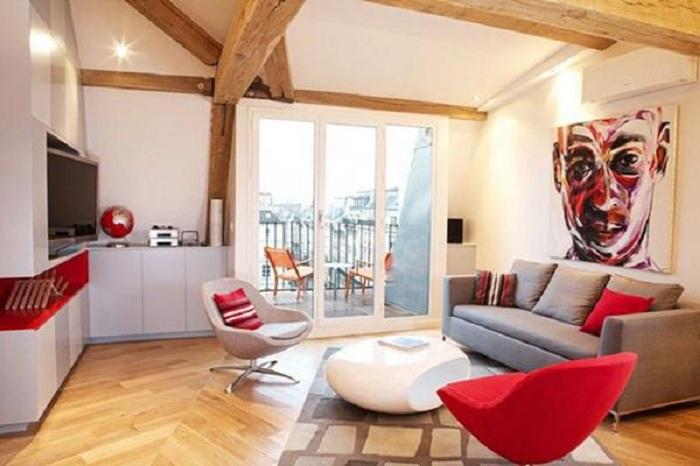 Красивый интерьер гостиной с ярко-красными акцентами, что создадут очень интересную обстановку.