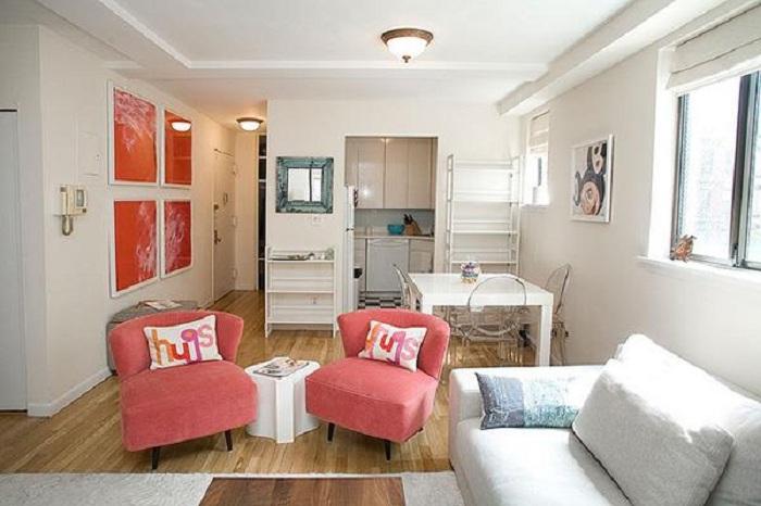 Красивый и оригинальный вариант преобразить интерьер гостиной комнаты, при помощи персиковых кресел.