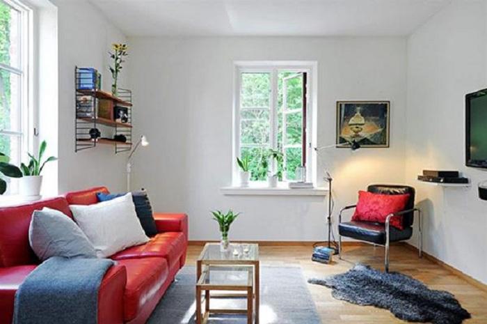 Симпатичное решение преобразить интерьер гостиной в светлых тонах, что разбавлен очень крутыми акцентами.