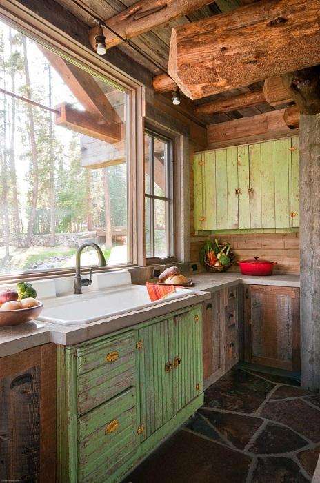 Интересный вариант декорирования кухни при помощи самого уютного - деревенского стиля.