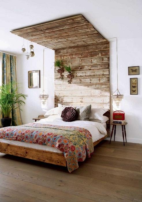 Один из самых лучших и удачных вариантов оформления спальни в деревенском стиле с применением дерева.