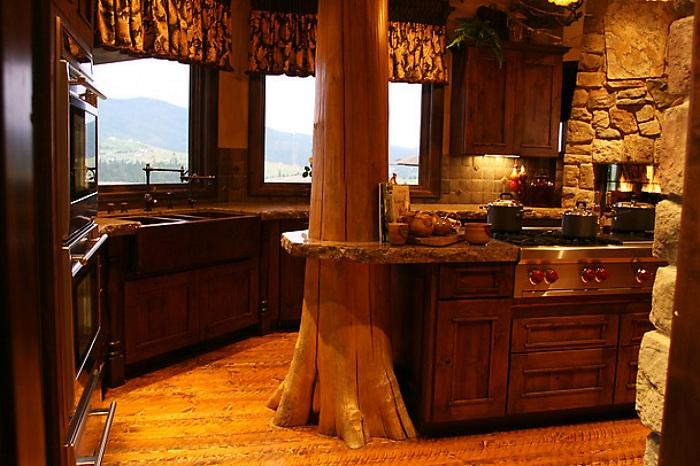 На первый взгляд простая кухня приукрашена интересным стволом дерева, что преображает интерьер.