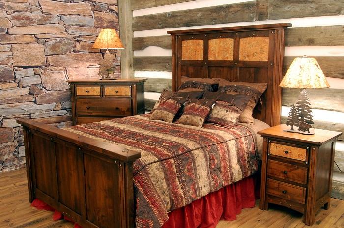 Спроектированная оригинальная спальня оформлена в деревенском стиле, что позволяет создать уютную и спокойную обстановку.