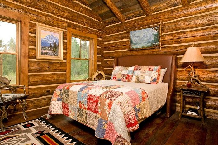 Простой, но хороший вариант оформить спальню в деревенском стиле позволит по настоящему и быстро создать интересный интерьер.