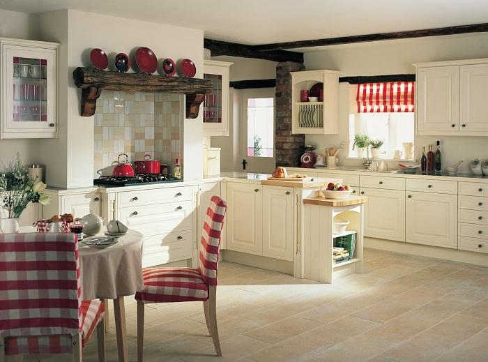 Оформление кухни в светлых тонах с добавлением красных оттенков.