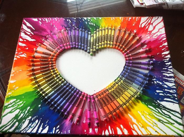 Яркое полотно создано при помощи разноцветных карандашей, прекрасное украшение для любой комнаты.