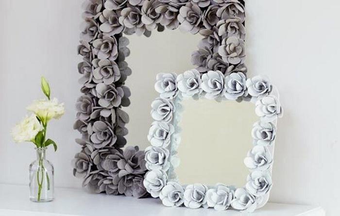 Красивые декоративные зеркала украшены розами порадуют глаз в любом интерьере.