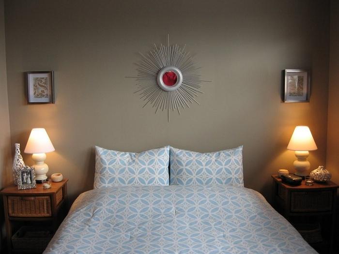 Яркое зеркало вишневого цвета в форме солнца подойдет для спальной или гостиной.