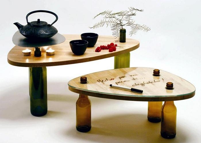 Симпатичный столик ножки которого выполнены из винных бутылок - креативное решение.