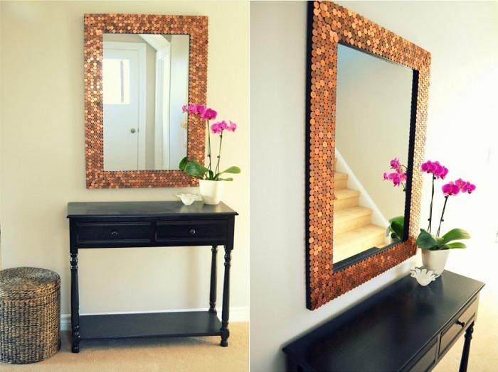 Простой вариант облагородить зеркало - это украсить его монетами.