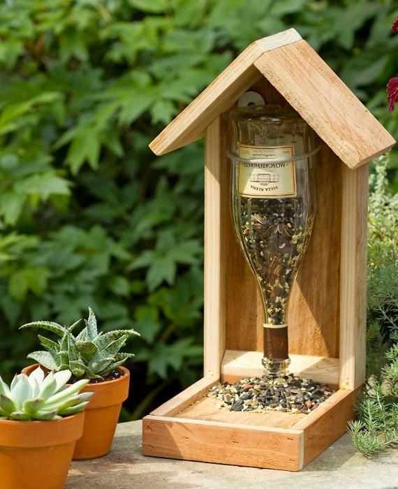 Винная бутылка может стать отличным материалом для создания кормушки для птиц.