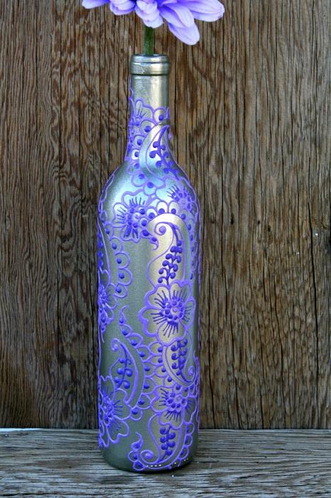 Интересное оформление бутылки из под вина, которая украсит декор комнаты.