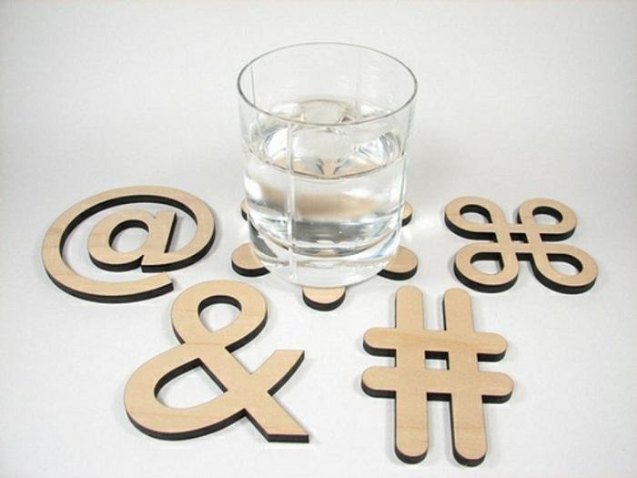 Отличный вариант оформить подставки в виде типографических символов.