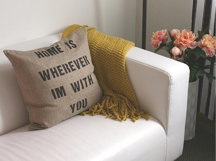 Симпатичные надписи на подушках, вдохновят и создадут невероятную атмосферу в комнате для отдыха.