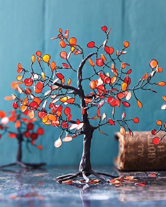 Хороший пример украсить комнату при помощи яркого дерева созданного своими руками.