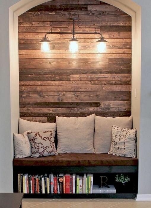 Оригинальное оформление интерьера комнат при помощи создания стены оформленной в деревенском стиле.