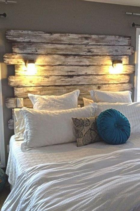 Отличный и шикарный интерьер в спальной создан, благодаря облагороженной стене в деревянном исполнении.