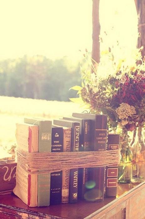 Отличный вариант смотать книги веревкой, что позволит создать еще один интересный элемент декора.