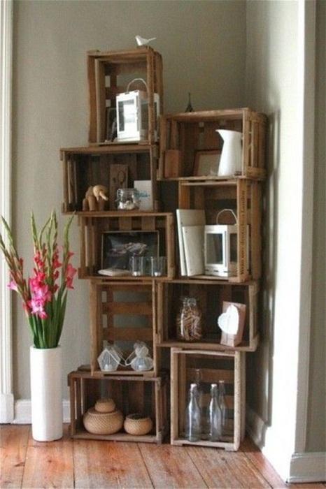 Отличный вариант декорирования комнаты при помощи полок-ящиков, которые создадут оригинальный интерьер.