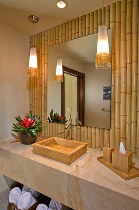 Симпатичная ванная комната обустроена при помощи бамбука.