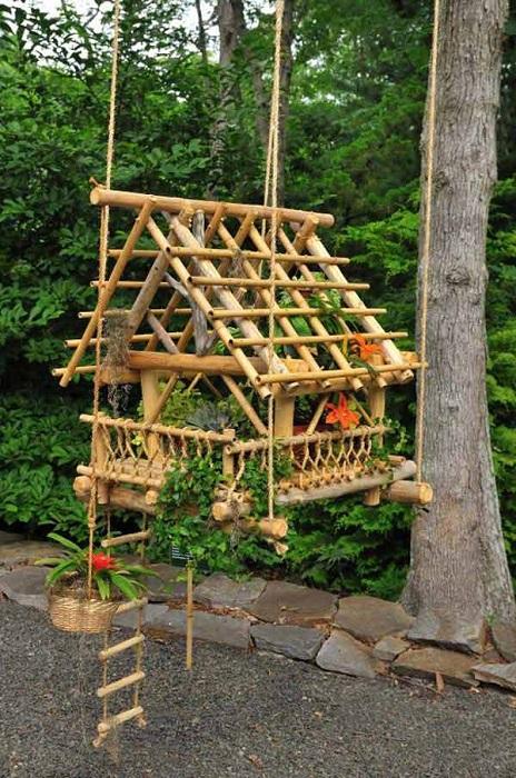 Миниатюрный домик можно создать для цветов и птиц.