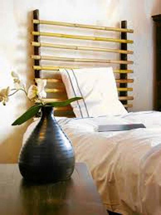 Красивый вариант обустройства кровати - изголовье из бамбука.