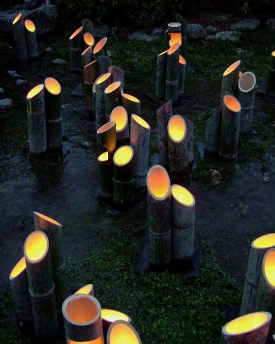 Интересное освещение двора при помощи бамбуковых необычных ламп.
