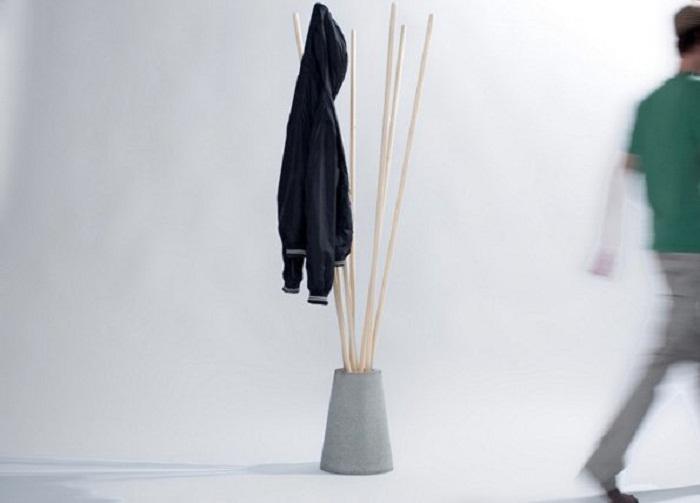 Интересное решение создать вешалку из палок - простое, но правильное решение.